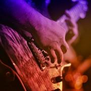Mężczyzna gra na gitarze