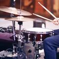 Perkusistka gra cover Ozzy'ego Osbourne'a