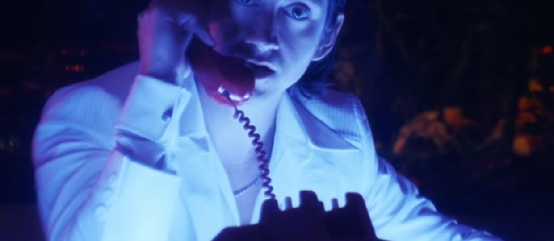 """Arctic Monkeys opublikował klip do utworu """"Tranquility Base Hotel & Casino"""", a Alex Turner radykalnie zmienił swój image"""