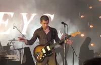 Arctic Monkeys zagrał na koncercie cover The White Stripes