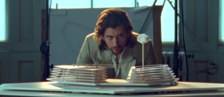 """Arctic Monkeys zaprezentował teledysk do """"Four Out Of Five"""" zainspirowany filmami Stanleya Kubricka"""