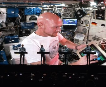 Astronauta wystąpił z zespołem Kraftwerk. Swoją partię zagrał na pokładzie stacji kosmicznej