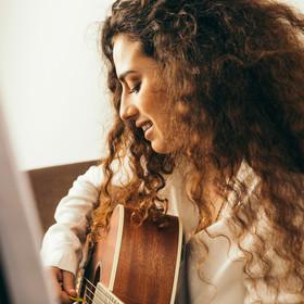 Kobiety coraz częściej sięgają po gitary