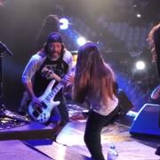 Basista Metalliki i jego 12-letni syn zagrali z Kornem