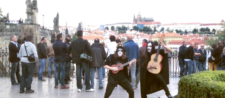 Blackmetalowcy grają kołysankę na ulicach Pragi