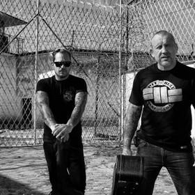Członkowie zespołu The Analogs trafią do więzienia. Muzycy zbierają pieniądze na szczytny cel