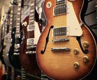 Gitary w sklepie muzycznym