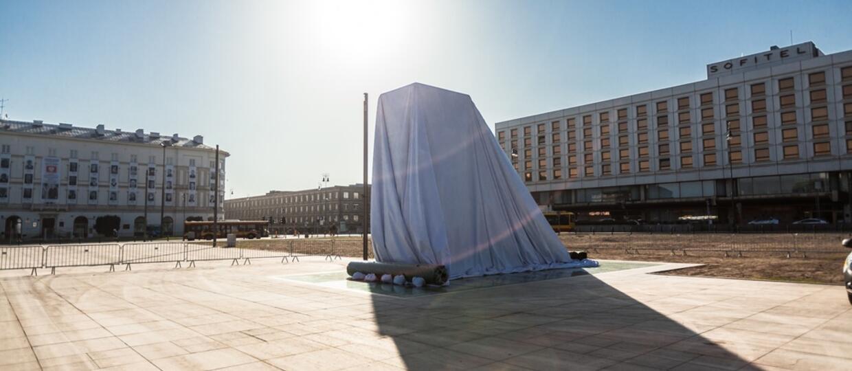 Czy pomnik smoleński w Warszawie został zainspirowany okładką metalowego albumu?