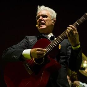"""David Byrne stworzył playlistę z muzyką z """"zas*anych dziur"""" w odpowiedzi na obraźliwe słowa Donalda Trumpa"""