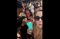 Dziewczyna pokazała, jak na festiwalu nieznany mężczyzna dosypał jej czegoś do drinka