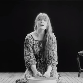 "Florence And The Machine powraca z nowym singlem ""Sky Full Of Song"""