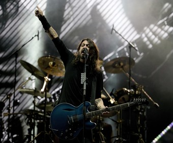 """Foo Fighters i Weezer w coverze """"Detroit Rock City"""" Kiss"""
