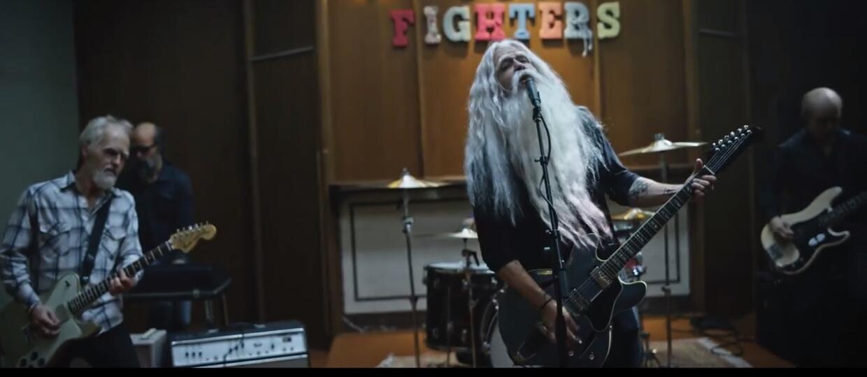 """Foo Fighters robi rozróbę w domu starców w klipie do """"Run"""""""