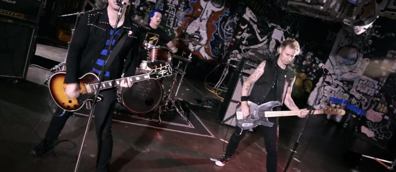 """Green Day w nostalgicznym klipie do """"Revolution Radio"""""""