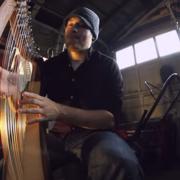 Jak brzmi metal zagrany na harfie?