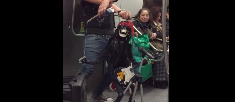 Jak trupia kukła Axla Rose'a gra w metrze?