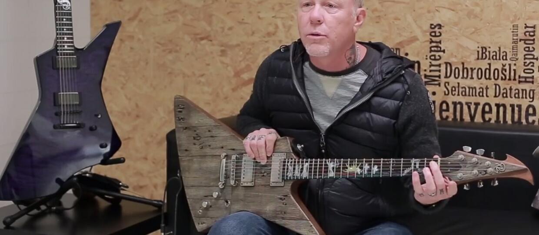 James Hetfiedl z gitarą wykonaną z drewna z garażu