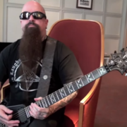 Kerry King uczy grać utwory Slayera