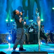 "Korn w coverze ""We Care A Lot"""