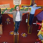 Macaulay Culkin jako Kurt Cobain ukrzyżowany przez Ronalda McDonalda