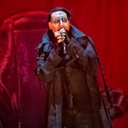 Marilyn Manson śpiewa do karabinu i ma nowego basistę