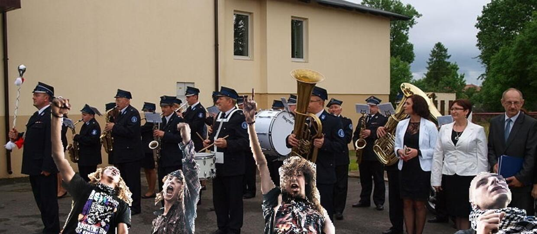 Metalowe harce na koncercie orkiestry dętej