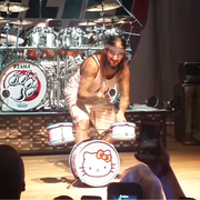 Mike Portnoy na koncercie za perkusją Hello Kitty