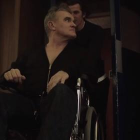 """Morrissey na wózku inwalidzkim w teledysku do """"Spent The Day In Bed"""""""