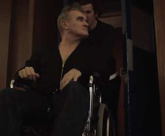 "Morrissey na wózku inwalidzkim w teledysku do ""Spent The Day In Bed"""