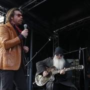 Muzycy Eagles Of Death Metal zagrali akustycznie w Paryżu w rocznicę zamachu na ich koncercie