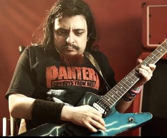 """Niepełnosprawny gitarzysta oddał hołd Dimebagowi i Vinniemu Paulowi grając """"This Love"""" Pantery"""