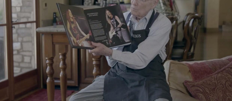 "Ojciec Cliffa Burtona pokazuje książkę o ""Master of Puppets"""