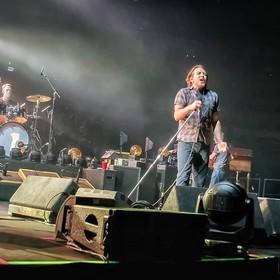 Pearl Jam opublikował koncertowy plakat z martwym Donaldem Trumpem i płonącym Białym Domem