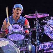 Perkusista Red Hot Chili Peppers lubi sikać na innych?