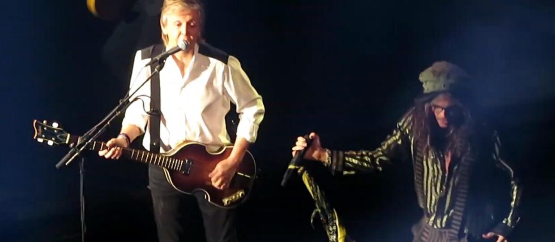 "Paul McCartney i Steven Tyler w wykonaniu piosenki ""The Beatles"""