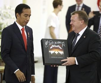 Prezydent Indonezji dostał od premiera Danii box Metalliki z autografem Larsa Ulricha
