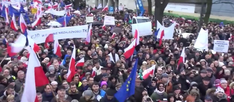 http://gfx.antyradio.pl/var/antyradio/storage/images/muzyka/rock-news/przezyj-to-sam-grupy-lombard-wykorzystany-przez-komitet-obrony-demokracji-5585/538946-1-pol-PL/Przezyj-to-sam-grupy-Lombard-wykorzystany-przez-Komitet-Obrony-Demokracji_article.jpg