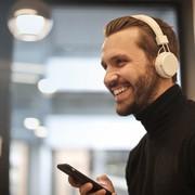 Mężczyzna słuchający muzykę ze Spotify