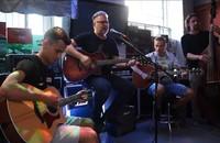 Skoczkowie narciarscy Piotr Żyła i Maciej Kot zagrali na gitarach z Arturem Gadowskim