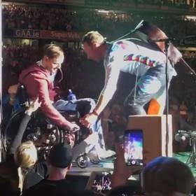 Widownia Coldplay uniosła fana na wózku prosto na scenę