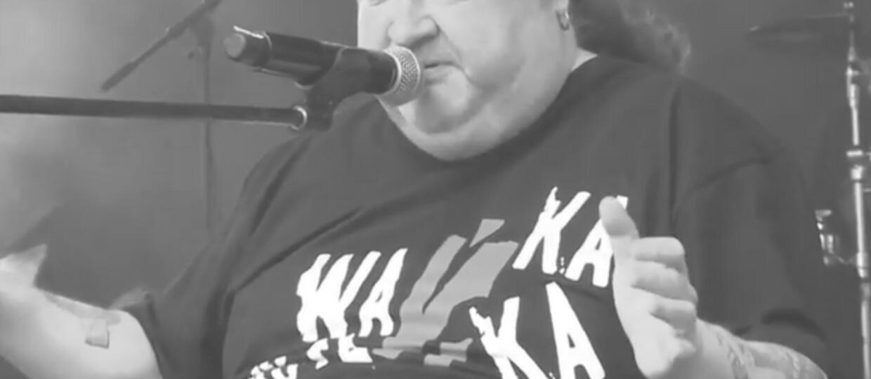 """Zmarł Krzysztof """"Bufet"""" Bara, wokalista i współzałożyciel grupy Wańka Wstańka & Ludojades. Miał 51 lat"""