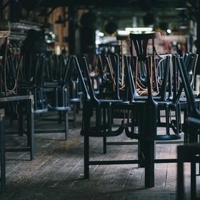 krzesła na stolikach w zamkniętej restauracji