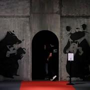Banksy zdradził swoją tożsamość? Artysta po raz pierwszy pokazał twarz. Oczywiście w swoim stylu