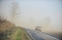 samochód znikający w zamieci pyłowej