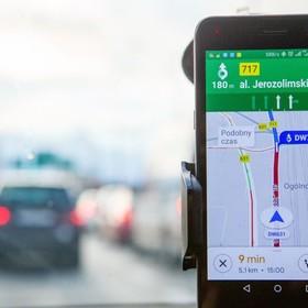 Był głosem aplikacji Google Maps. Teraz zastąpiła go maszyna
