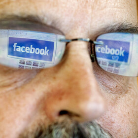 Mężczyzna ogląda Facebooka  - zdjęcie poglądowe