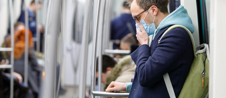 męzczyzna w metrze noszący maseczkę