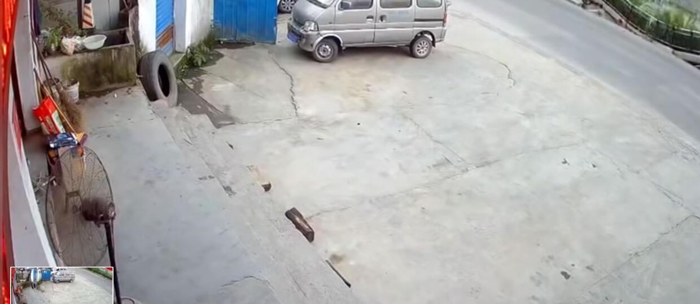 """Chodnik zapadł się i """"pochłonął"""" dwie osoby"""