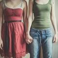 dwie kobiety trzymające się za ręce