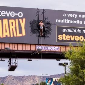 """Członek grupy """"Jackass"""" przykleił się taśmą klejącą do billboardu w centrum miasta"""